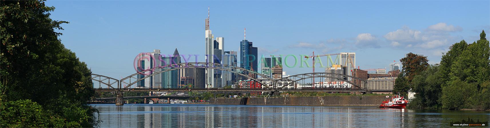Panoramafoto der frankfurter skyline gesehen vom parkplatz des
