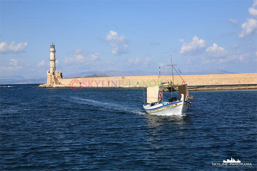 Einfahrt Hafen mit Fischerboot und Leuchtturm