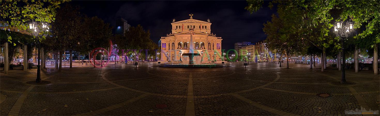 Bilder aus der Innenstadt - Die historische Frankfurter Alte Oper mit dem Lucae Brunnen in der Nacht aufgenommen.