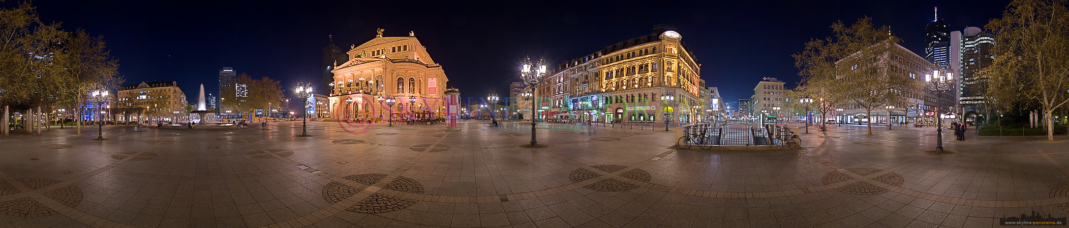 Frankfurt Innenstadt - Der Opernplatz mit der historischen Alten Oper als 360° Panorama in der Nacht fotografiert.
