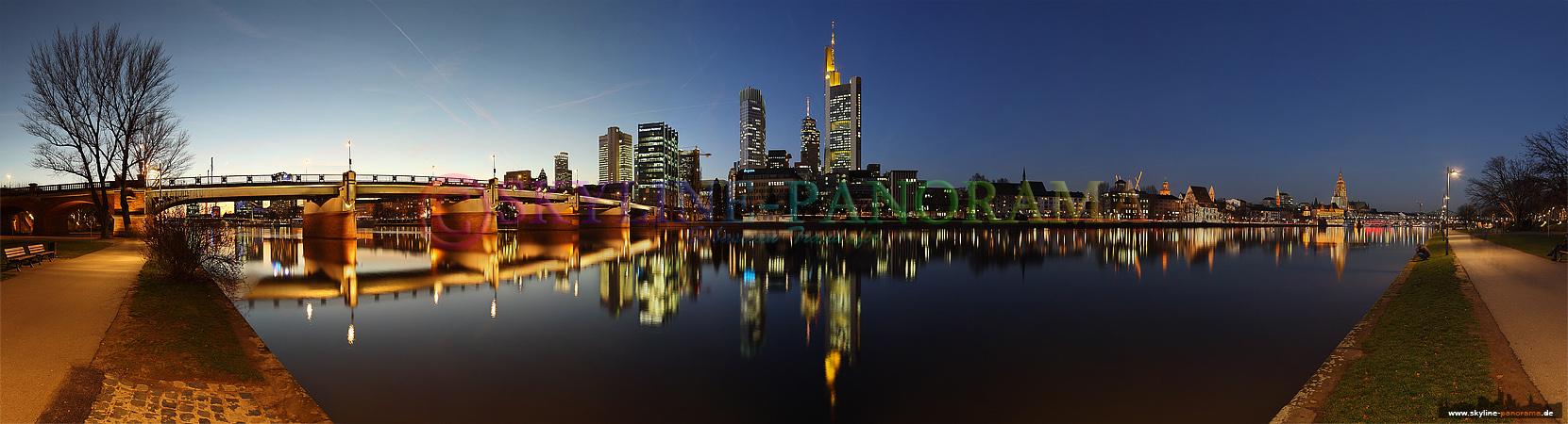 Dieses Panorama der Frankfurter Skyline ist in den Abendstunden, kurz nach Sonnenuntergang entstanden. Es sind nur wenige Augenblicke in der Blauen Stunde...