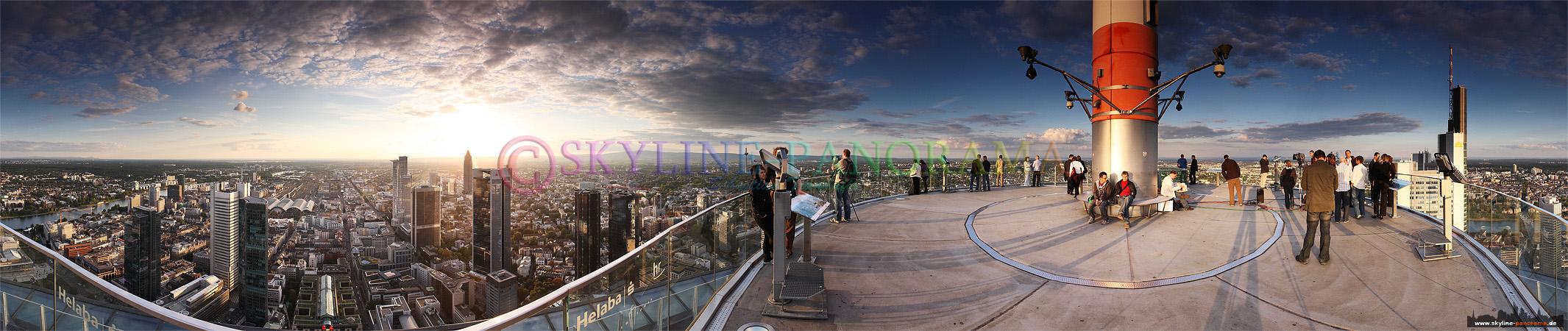 Frankfurt von oben - Maintower Aussichtsplattform | Dieses Bild zeigt eine 360° Aussicht von der Plattform des Frankfurter Maintower auf den Westen der Mainmetropole. Zahlreiche Besucher genießen an diesem Sommertag die Fernsicht von dem höchsten Aussichtspunkt der Stadt.