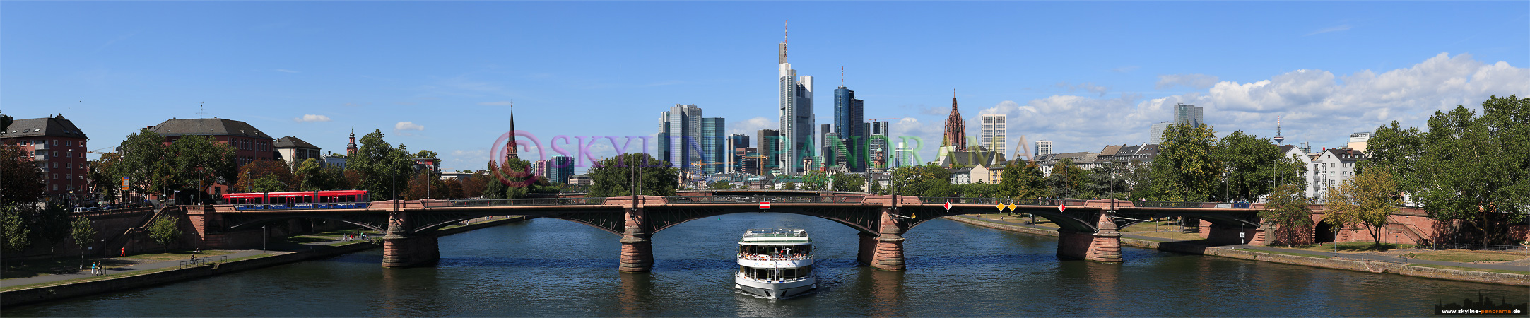 Skyline Frankfurt von der Flößerbrücke fotografiert, im Vordergrund ist die Ignatz-Bubis-Brücke zu sehen.
