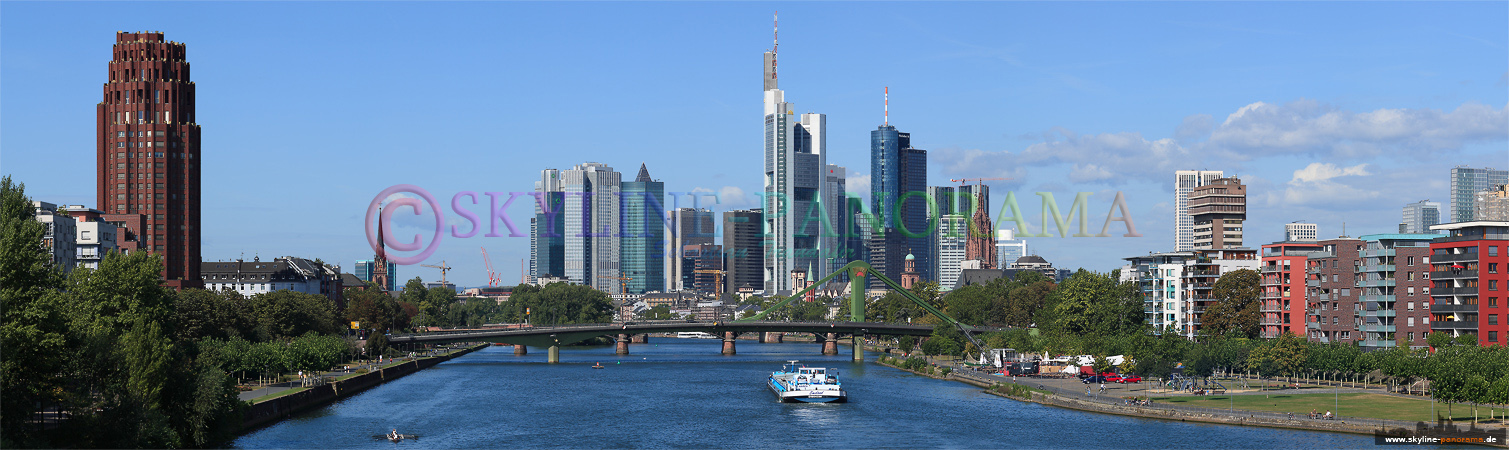Skyline Panorama Frankfurt am Main von der Deutschherrnbrück.