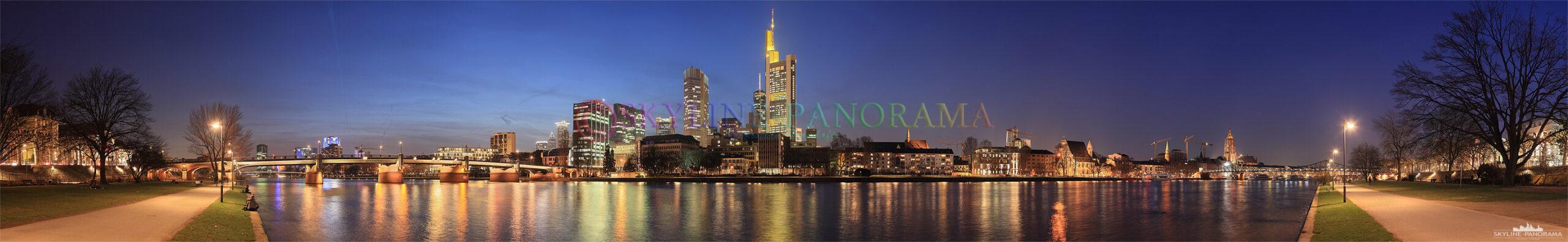 Panorama Frankfurt am Main - Bild vom Mainufer | Die Frankfurter Skyline im Frühjahr 2010 vom Mainufer aus gesehen, die Aufnahme entstand am Abend zur Blauen Stunde.