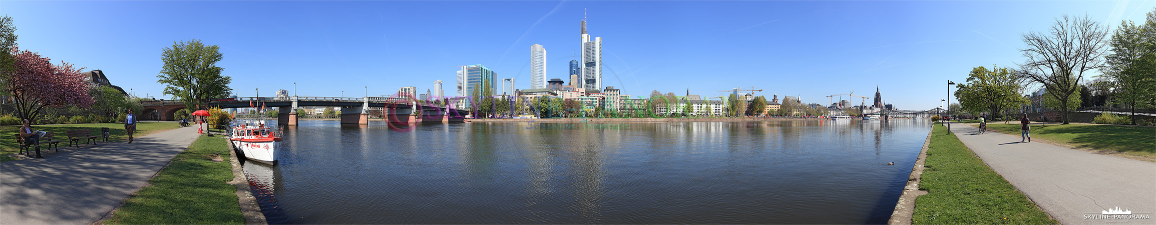 Panorama der Frankfurter Skyline mit der Untermainbrücke vom Mainufer aus gesehen.