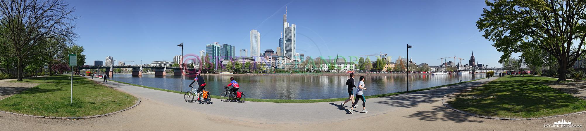 das Frankfurter Mainufer zwischen der Untermainbrücke und dem Eisernen Steg mit Blick auf die Skyline der Mainmetropole