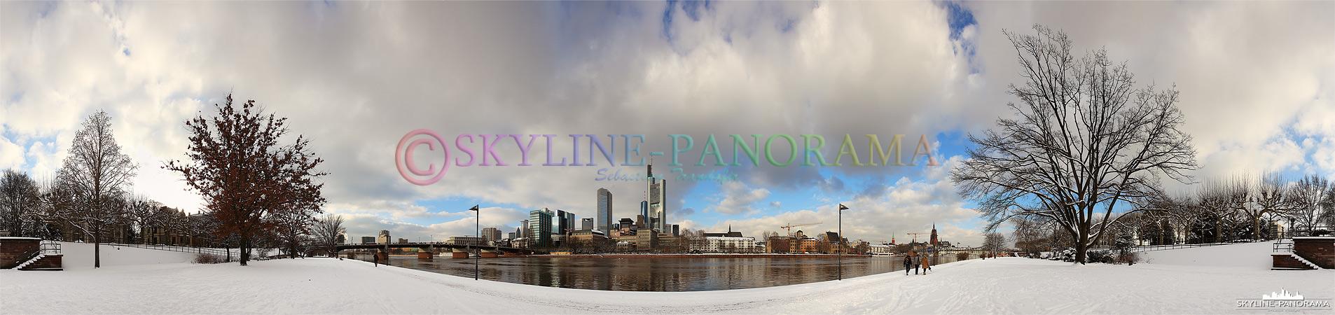 Ein winterlich verschneiter Blick auf die Frankfurter Skyline vom Mainufer aus als 360° Panorama Bild fotografiert.