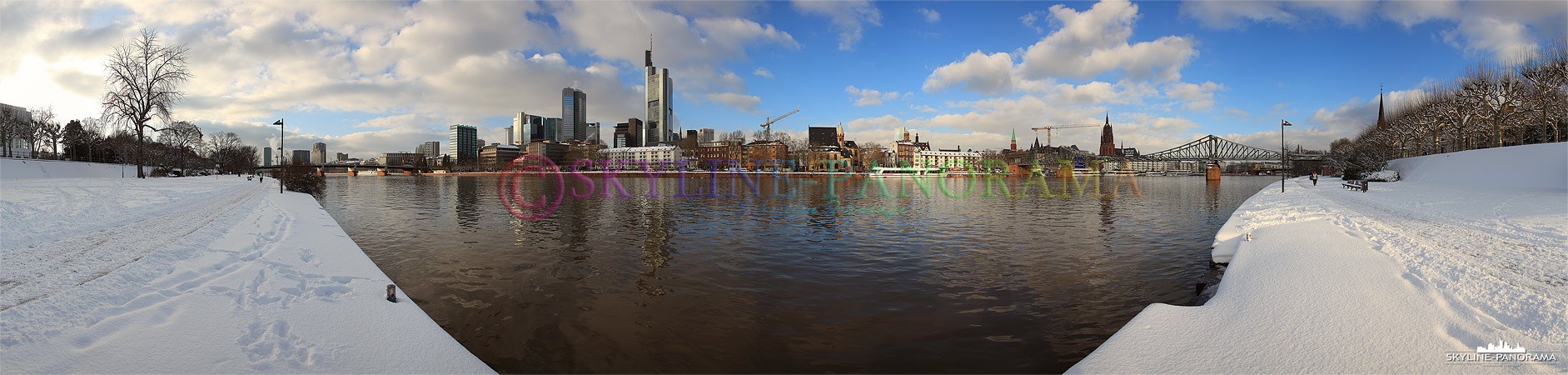 Die winterliche Frankfurter Skyline zwischen der Untermainbrücke und dem historischen Eisernen Steg.