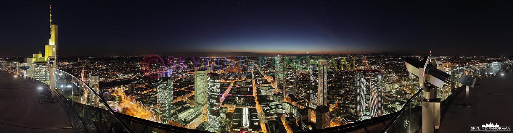 Panorama Bild - die Frankfurter Skyline zur einbrechenden Nacht von der Aussichtsplattform des Maintowers gesehen, der Blick geht über das Lichtermeer der Mainmetropole.