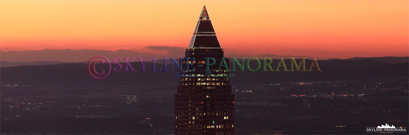 Frankfurt im Sonnenuntergang - Der MesseTurm im Sonnenuntergang ist das weithin sichtbare Wahrzeichen der Frankfurter Messe im Stadtteil Westend, er war bis 1997 das höchste Gebäude Europas.