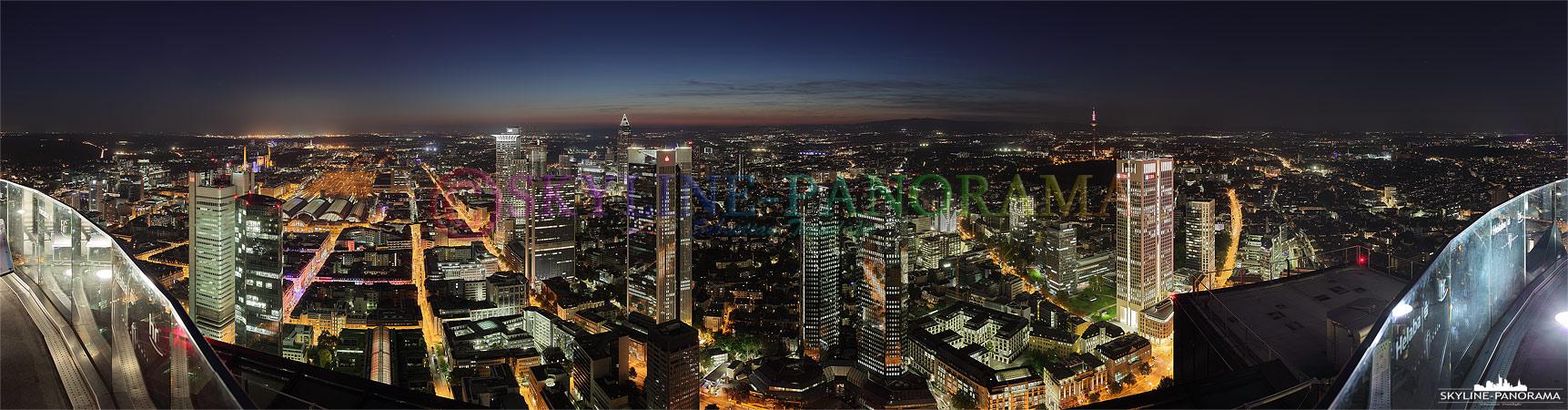 Frankfurt Skyline - Panorama vom Maintower mit dem abendlichen Ausblick in Richtung Westend kurz nach dem Sonnenuntergang.