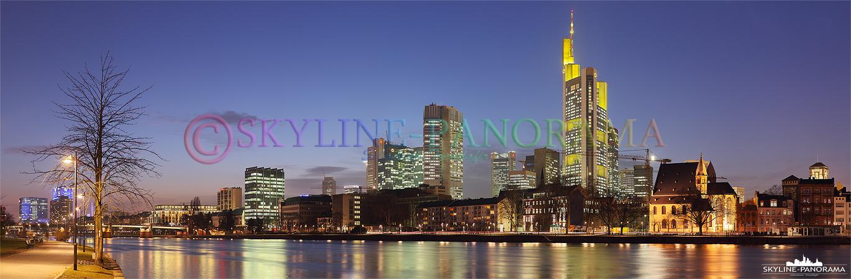 Bilder Frankfurt am Main - Ein Panorama der Skyline Frankfurts vom Mainufer unweit des Eisernen Stegs gesehen, die Aufnahme entstand in der Dämmerung, zur sogenannten Blauen Stunde.