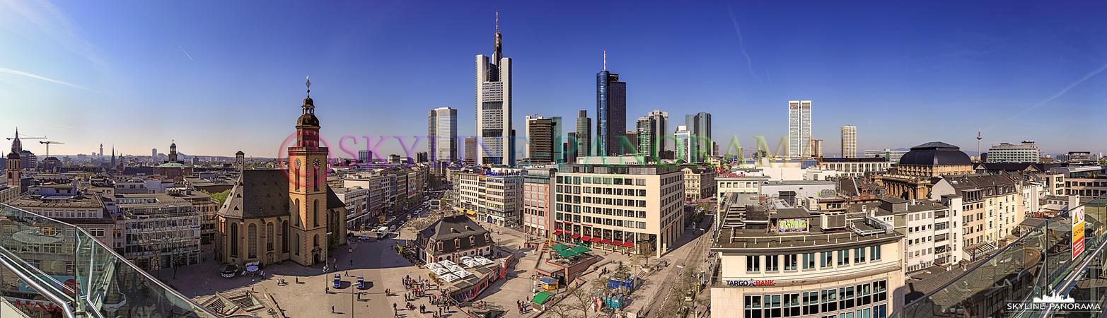 Frankfurt Bilder am Tag - Ein Panorama das von der Aussichtsterrasse des Dinea - Restaurants auf dem Dach des Kaufhauses Galeria Kaufhof aus erstellt wurde, der Blick geht über die Hauptwache in Richtung der Skyline von Frankfurt am Main.