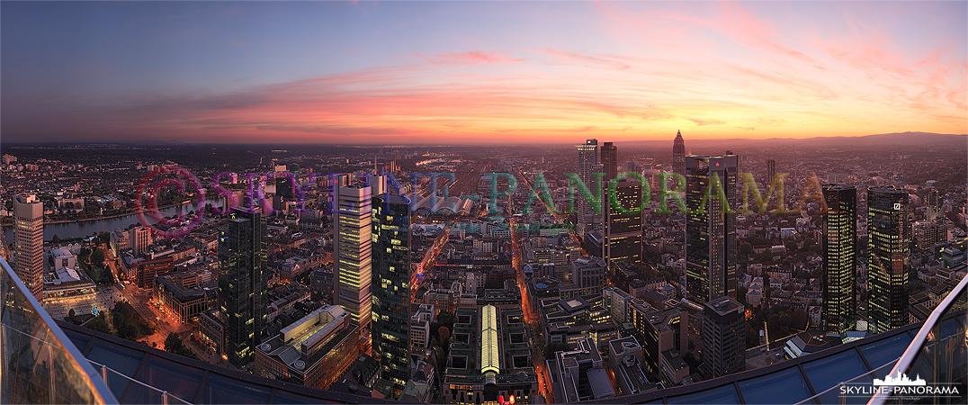 Panorama Frankfurt - Maintower Sonnenuntergang | Der Ausblick vom Frankfurter Maintower in Richtung Westen kurz nach dem Sonnenuntergang im Herbst 2011.