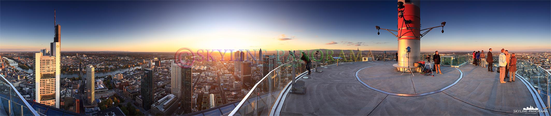 Panorama Sonnenuntergang - Frankfurt Maintower | Dieses 360 Grad Panorama zeigt die Aussicht vom Maintower aus zum Sonnenuntergang auf Frankfurt am Main. Die Besucher der Aussichtsplattform genießen die letzten wärmenden Sonnenstrahlen des Tages und erleben einen der beeindruckendsten Blicke auf die herbstliche Mainmetropole.