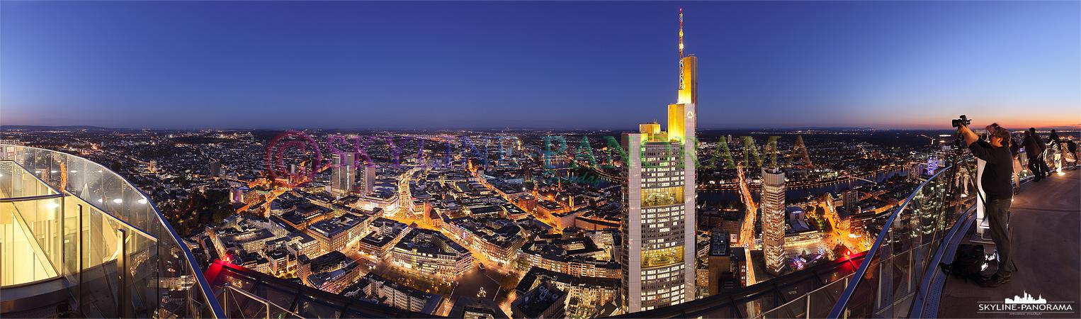 Panorama vom Maintower - Commerzbank Frankfurt   Dieses Panorama zeigt die Aussicht vom Maintower in Richtung Osten. Das Bild entstand am Abend, zur so genannten Blauen Stunde und zeigt unter anderem die Frankfurter Zeil, die Paulskirche, den Main mit einigen Mainbrücken, Sachsenhausen, die Commerzbank und die alte EZB.