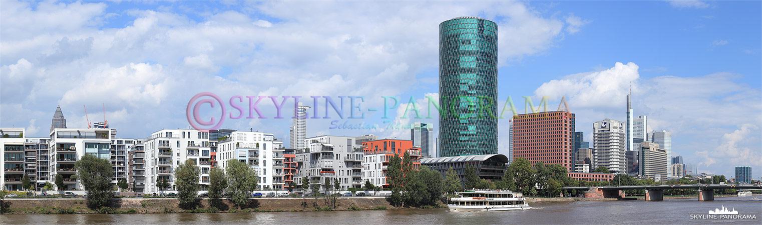 Panorama Frankfurt - Die Skyline von Frankfurt mit dem Westhafentower vom Mainufer aus gesehen.