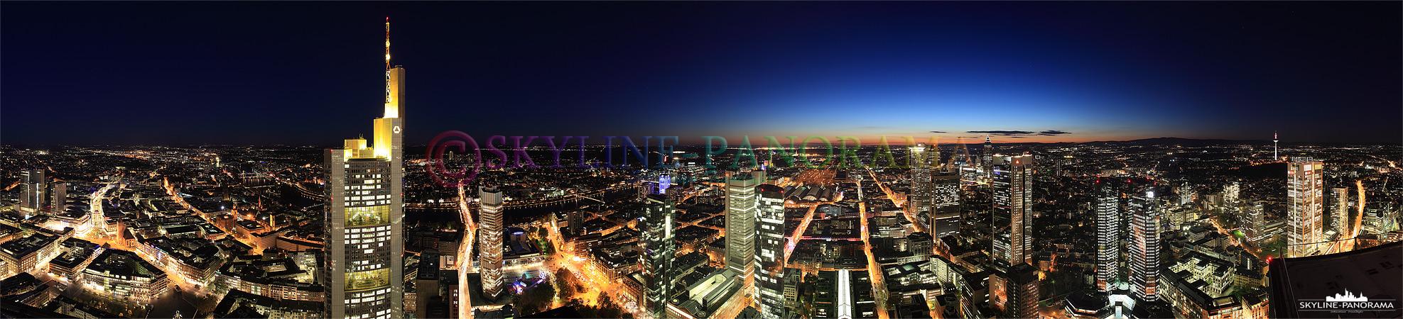 Das Lichtermeer von Frankfurt am Main als Panorama von der Aussichtsplattform des Maintowers aus gesehen - der Ausblick zur Nacht geht fast über das gesamte Stadtgebiet der Frankfurter City.