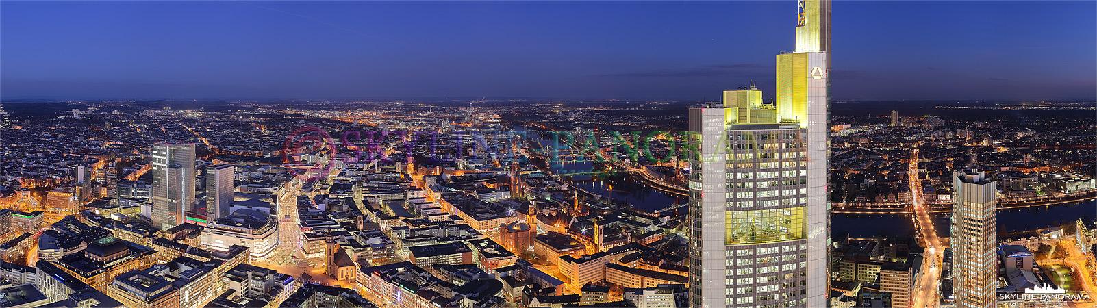 Bild Frankfurt bei Nacht - Panorama vom Maintower | Das abendliche Panorama vom Maintower in Richtung Osten - von Rechts beginnend geht der Blick über die Frankfurter Börse, den Hotelkomplex Frankfurt Hoch Vier, der Zeil, Dom und Paulskirche, zum Commerzbanktower und endet bei der EZB.