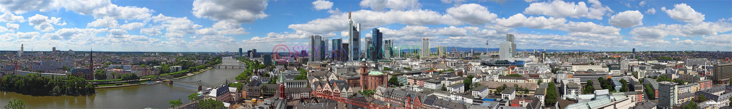 Skyline Frankfurt vom Domturm - Der Ausblick vom Frankfurter Kaiserdom auf die Skyline der Bankenstadt mit den bekannten Hochhaustürmen. Der Frankfurter Domturm bietet in 66 Meter Höhe eine unbeschreibliche Aussicht über die City der Mainmetropole – den Aufstieg zur Plattform hat man nach 328 Stufen Wendeltreppe erreicht.