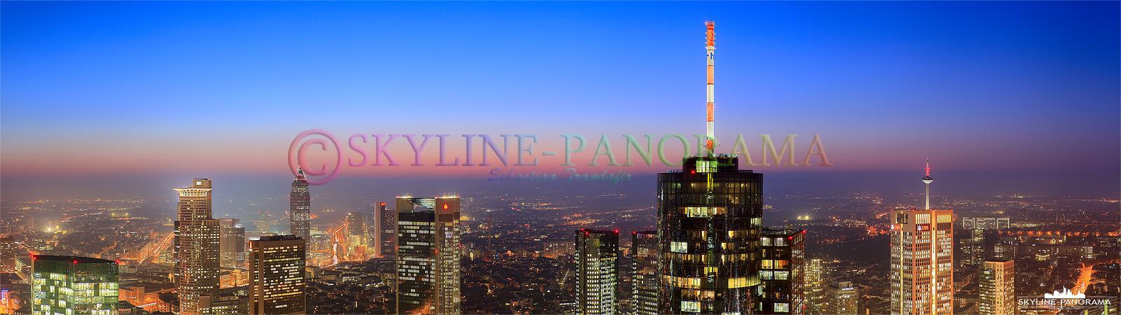 Panorama Aussicht mit dem Maintower - Dieses Panorama zeigt die bekannten Tower der Frankfurter Skyline mit Blick in das Frankfurter Westend.