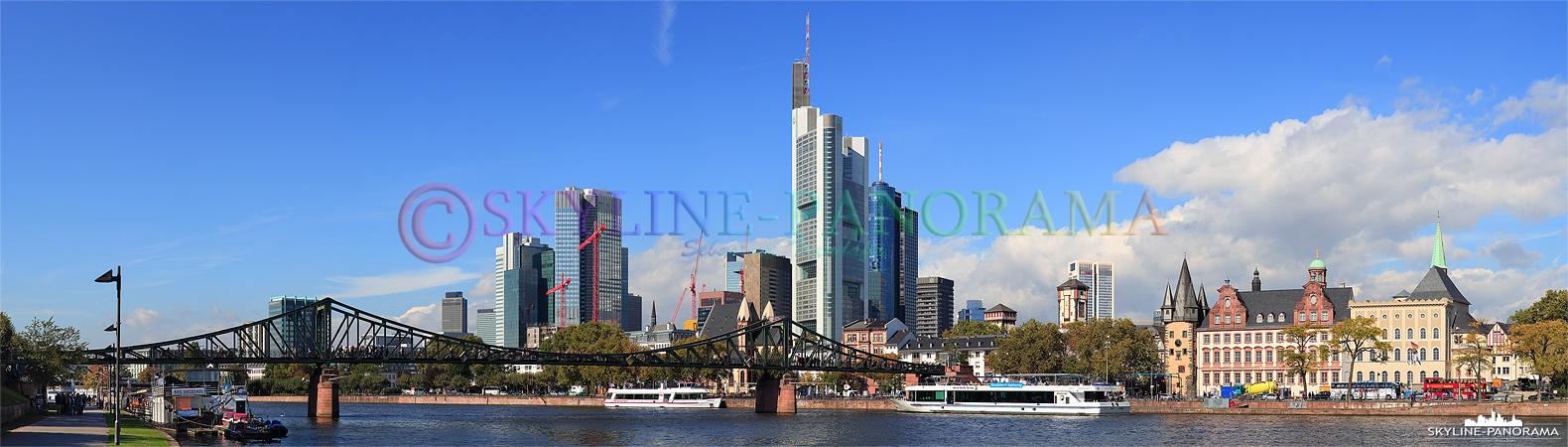 Skyline Panorama - Die Hochhäuser von Frankfurt am Main zusammen mit dem historischen Eisernen Steg vom Mainufer aus gesehen, die Aufnahme entstand an einem schönen Spätsommertag im September 2012.