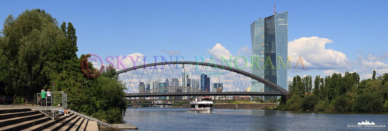 Blick vom Ruderdorf - Die neue Skyline von Frankfurt am Main mit der Europäischen Zentralbank und der neu errichteten Osthafenbrücke.