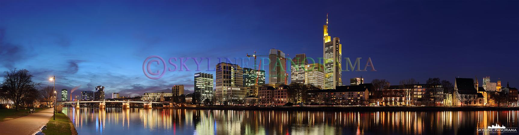 Skyline Bilder – Die Frankfurter Skyline im Winter 2016 vom Mainufer zwischen Untermainbrücke und Eisernem Steg aus gesehen.