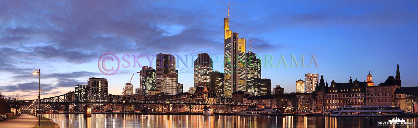 Frankfurt am Mainufer - Blick auf die Frankfurter Skyline mit Eisernem Steg, aufgenommen vom Sachsenhäuser Mainufer.