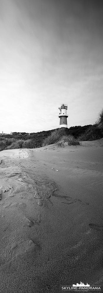 Nordsee Panorama - Der elektrische Leuchtturm von Borkum als hochkant Panorama auf Schwarzweißfilm von Ilford.