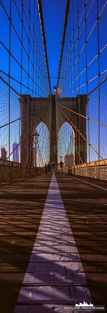 New Yorker Brooklyn Bridge - Das New Yorker Wahrzeichen als vertikal Panorama.