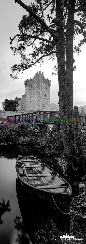 Panorama Irland - Ross Castle im Killarney-Nationalpark im Westen Irlands als vertikales 6x17 Panorama auf Schwarzweißfilm von Ilford festgehalten.