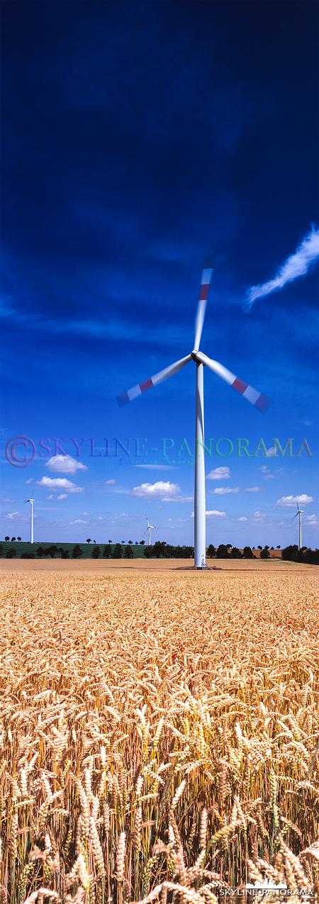 Windkarftanlagen auf einem Getreidefeld bei Hettstadt als hochkant Panorama im Format 6x17.