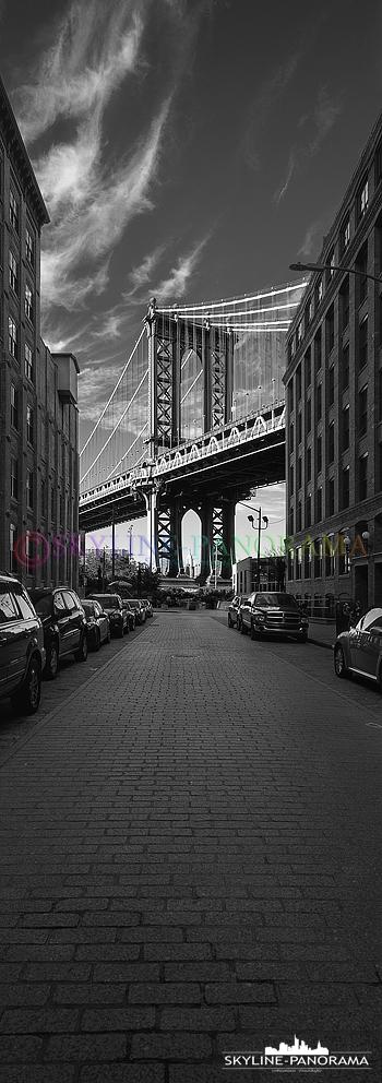 New York 6x17 vertikal Panorama - Die bekannte Ansicht der Manhattan Bridge von der Washington Street aus gesehen.