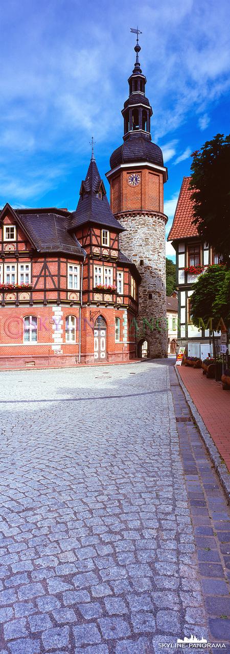 6x17 aus der Region Harz - Der Markt von Stolberg im Harz mit dem Saigerturm als vertikal Panorama.