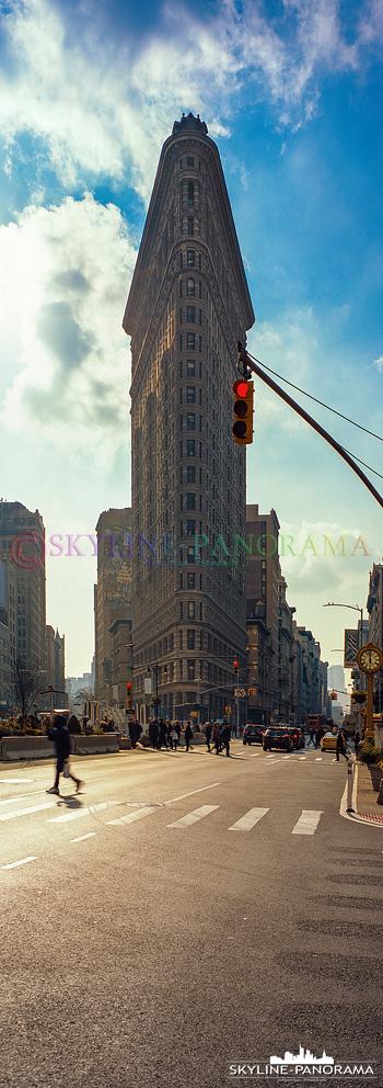 New York vertical - Einer der frühen und bekanntesten Wolkenkratzer der New Yorker Skyline ist das historische Flatiron Building. Hier ist das 87m Hohe Gebäude als vertikales Panorama zu sehen.