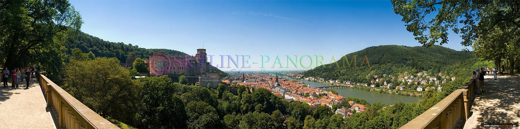 Panorama von Heidelberg - Die Altstadt von Heidelberg mit dem Schloss aus dem Schlossgarten gesehen.