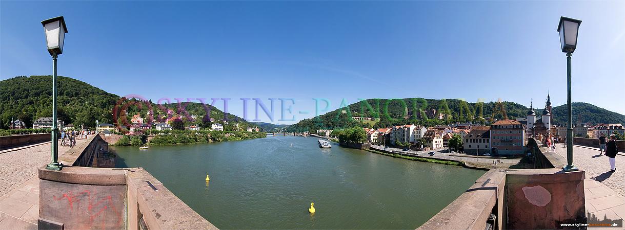 Panorama Bild von der Alten Brücke aus in Richtung Heidelberger Schloss und der Altstadt.