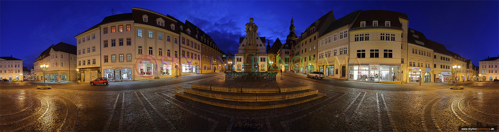 Der historische Marktplatz der Lutherstadt Eisleben zur Dämmerung mit dem Lutherdenkmal im Zentrum.