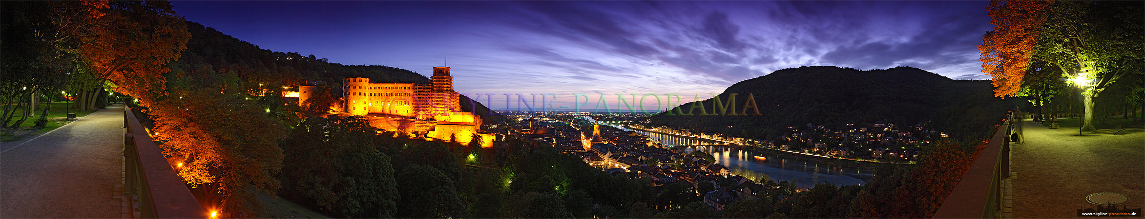 Altstadt mit Schlossblick - Panorama Bild in Richtung Heidelberger Schloss und der Heildelberger Altstadt am Abend aus dem Schlossgarten fotografiert.