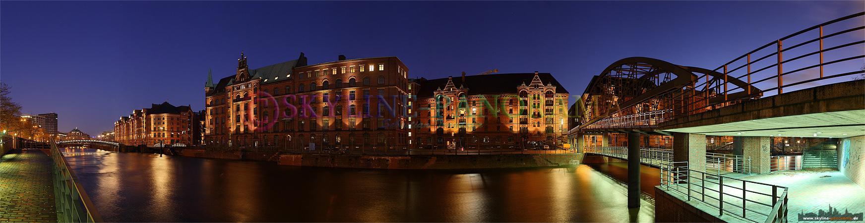 Panorama aus Hamburg - Die Hamburger Speicherstadt zur Blauen Stunde, rechts der Kibbelsteg.