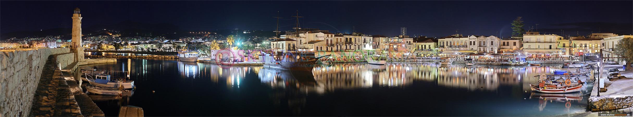 Panorama Rethymnon - der venezianische Hafen mit dem Leuchtturm von Rethymnon in einer Ansicht die abends entstanden ist und den Blick in das Hafenbecken zeigt.