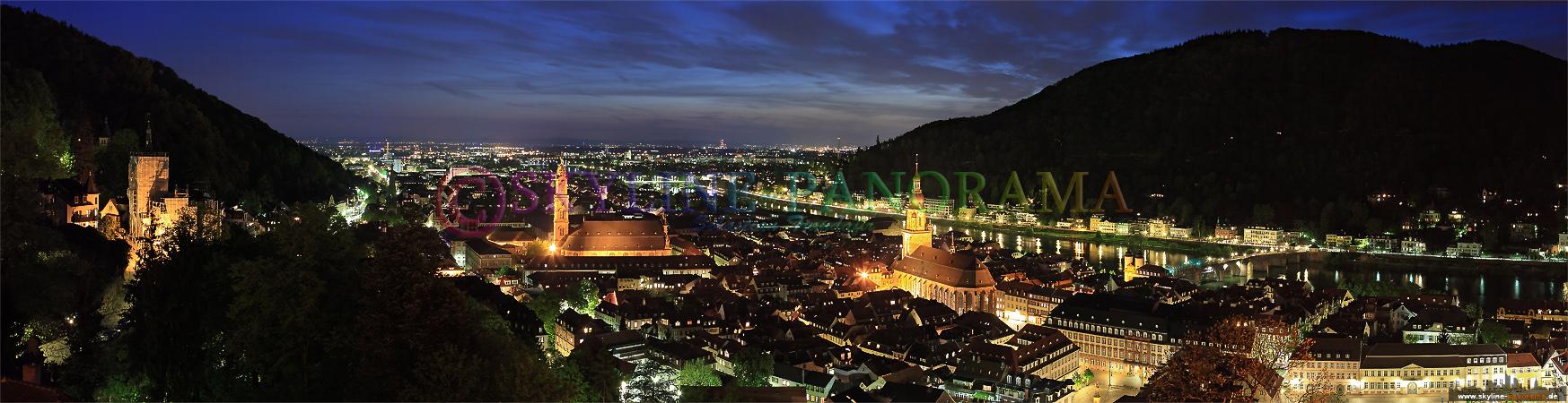 Sehenswürdigkeiten - Die Heidelberger Altstadt als abendlicher Panoramablick von dem Heidelberger Schloss in der Dämmerung aufgenommen.