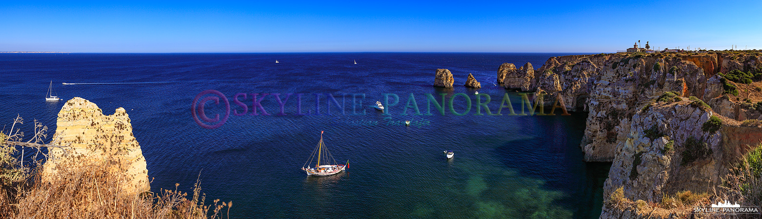Portugal Bilder Algarve - Panorama der Felsenküste mit dem Leuchtturm an der Ponta da Piedale bei Lagos.