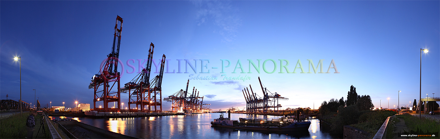 Panorama Bilder Hamburg - Blick in das Eurogate Terminal im Hamburger Hafen, das Bild entstand in der Dämmerung.