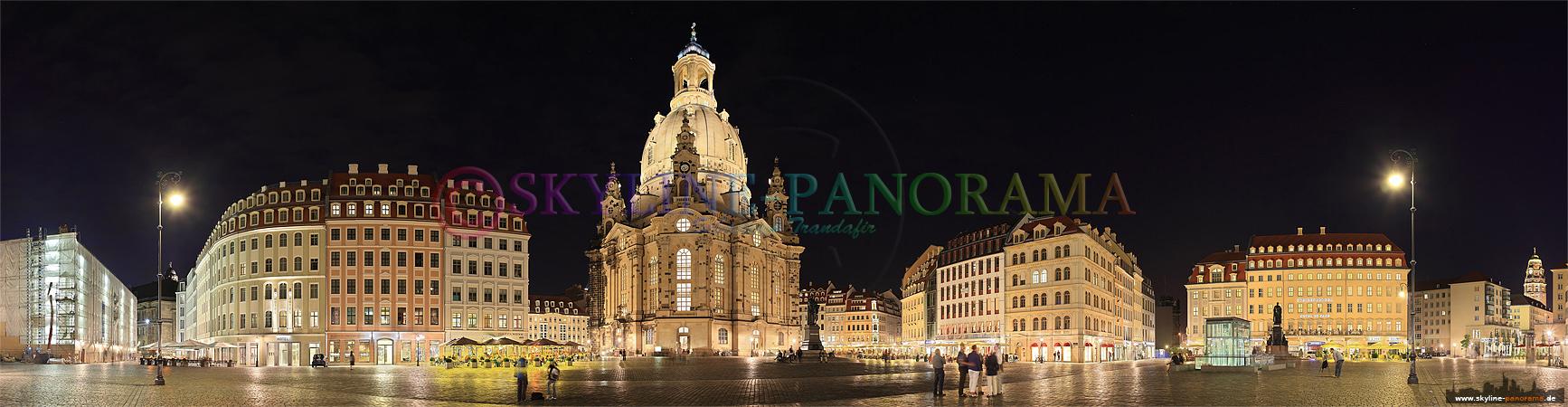 Panorama Dresden - Der Dresdner Neumarkt mit der Frauenkirche in der Nacht.