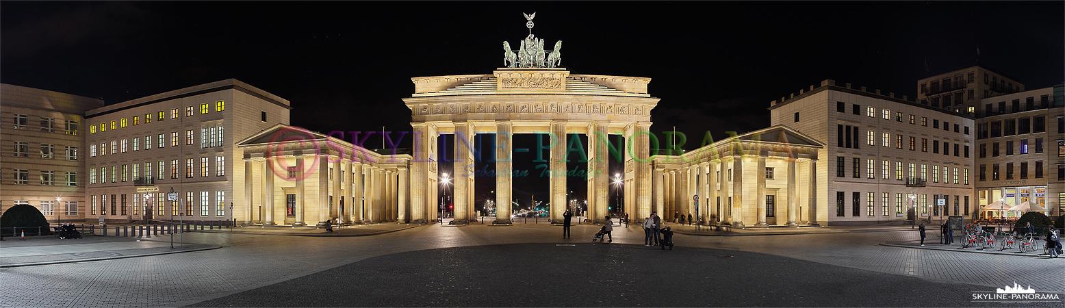 Berlin Panorama - Der Pariser Platz mit dem Brandenburger Tor in der Nacht aufgenommen.