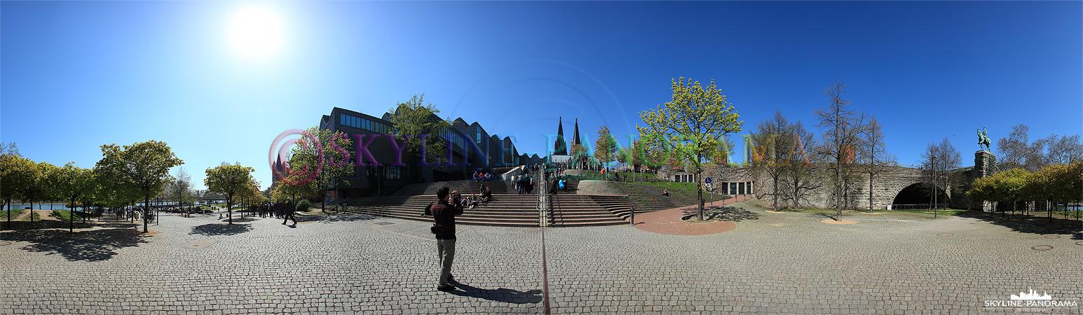 Panorama Köln - Die Kölner Philharmonie und der Dom vom Rheinufer gesehen.