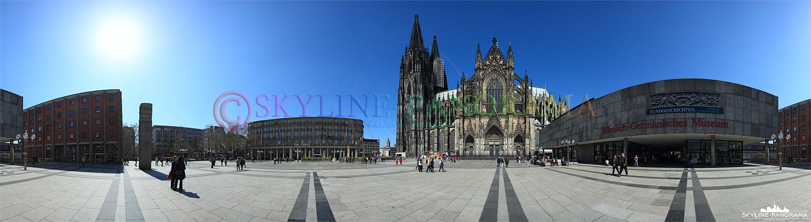 Köln Domplatte - Panoramaansicht mit dem Kölner Dom und dem Römisch-Germanischen-Museum von der südlichen Seite gesehen.